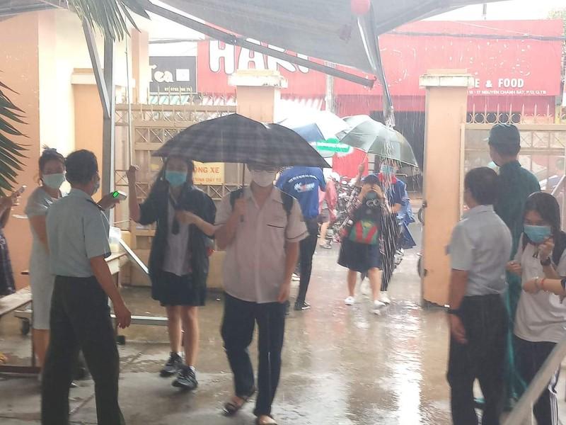 Thí sinh đội mưa đến trường thi môn Toán  - ảnh 4