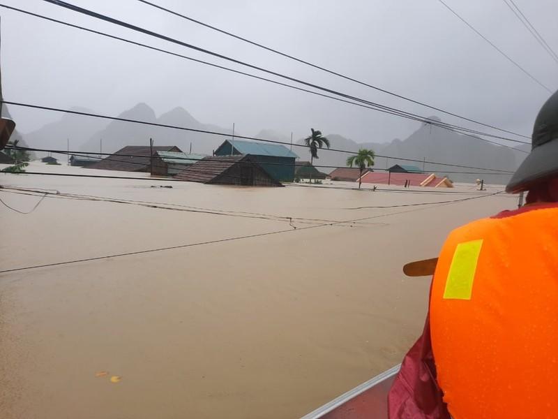 Quảng Bình: Cứu 20 người trên xe khách bị lũ cuốn trôi - ảnh 1