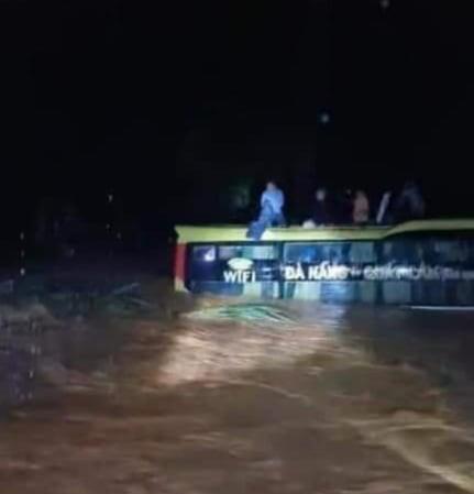 Quảng Bình: Cứu 20 người trên xe khách bị lũ cuốn trôi - ảnh 2