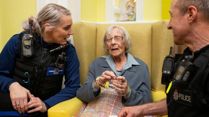 Lạ đời chuyện cụ bà 104 tuổi khao khát ngồi tù - ảnh 1