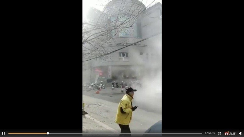 Ném bom đồn cảnh sát Trung Quốc, 3 người bị thương - ảnh 1
