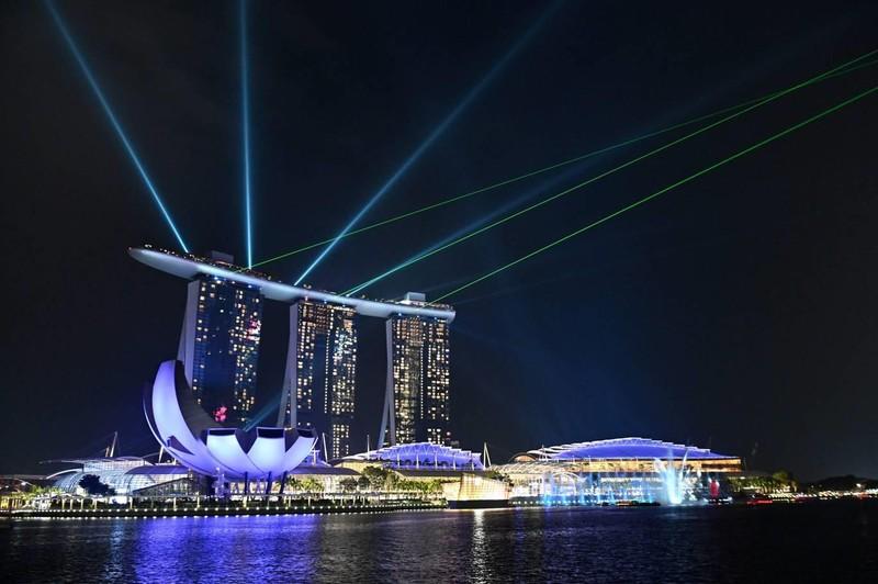 Vịnh Marina Bay Singapore chìm trong bóng tối của Giờ Trái đất 2019. Ảnh AFP 1