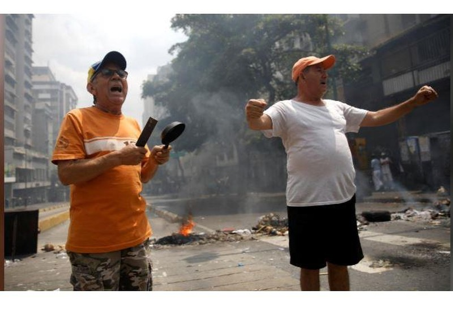 Người dân Venezuela biểu tình, chặn đường phản đối chính phủ - ảnh 2