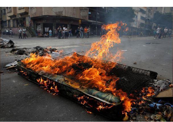 Người dân Venezuela biểu tình, chặn đường phản đối chính phủ - ảnh 1