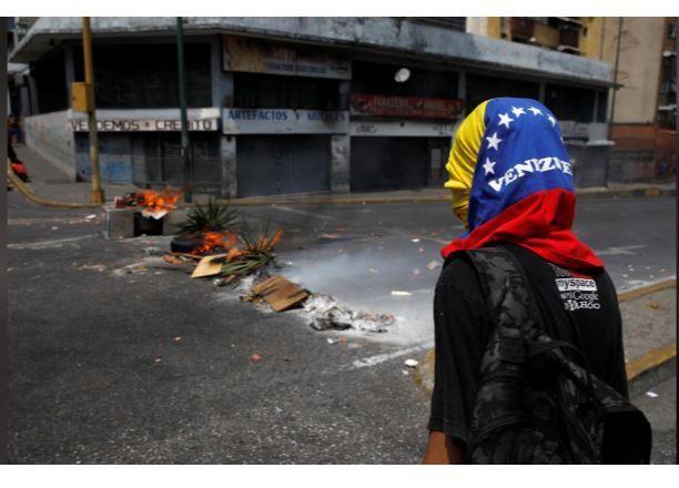 Người dân Venezuela biểu tình, chặn đường phản đối chính phủ - ảnh 3