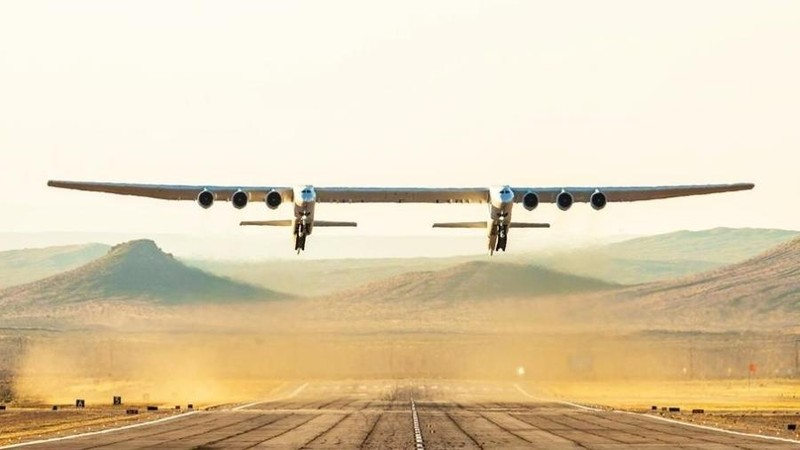Siêu máy bay hai thân khổng lồ lần đầu cất cánh  - ảnh 1