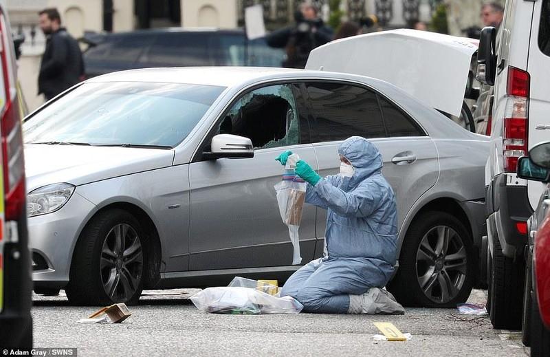 Xe của Đại sứ Ukraine tại Anh bị đâm liên tiếp trước cơ quan  - ảnh 1