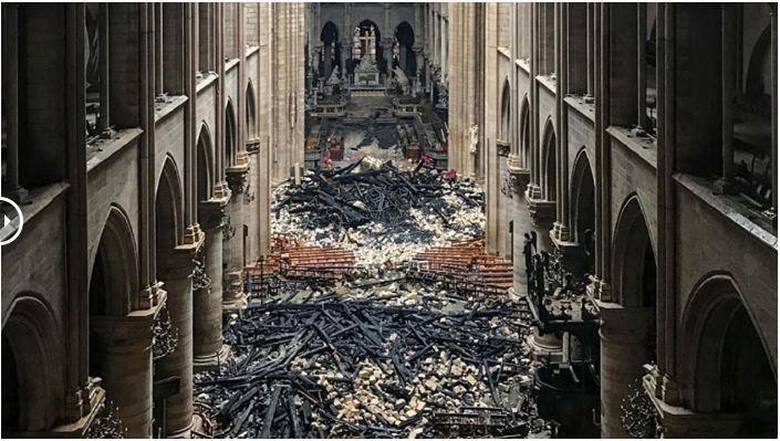 Phần mái đổ sập trong nhà thờ. Ảnh: Huffpost 2