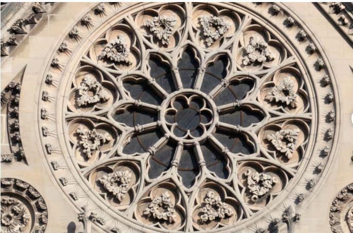 Một công trình đá phía trên của nhà thờ. Ảnh: Huffpost 1