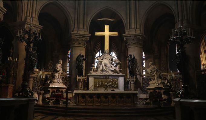 Những gì còn sót lại bên trong nhà thờ. Trong ảnh là khu cung thánh và thánh giá Chúa Giê-su. Ảnh: Huffpost 1