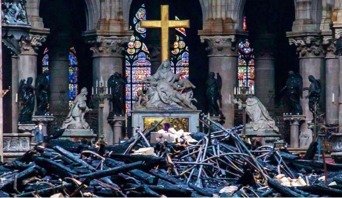 Những gì còn sót lại bên trong nhà thờ. Trong ảnh là khu cung thánh và thánh giá Chúa Giê-su. Ảnh: Huffpost 2