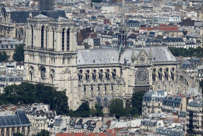 Nhà thờ Đức Bà Paris nhìn từ xa trước và sau hỏa hoạn. Ảnh: REUTERS 1