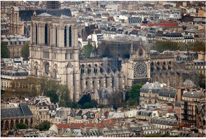 Nhà thờ Đức Bà Paris nhìn từ xa trước và sau hỏa hoạn. Ảnh: REUTERS 2