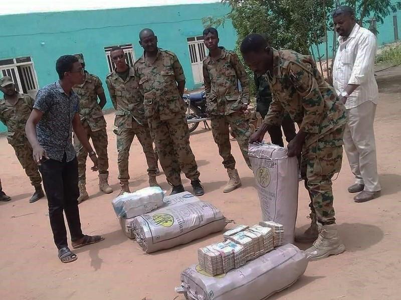 Túi tiền trăm triệu USD tại nhà tổng thống Sudan bị lật đổ - ảnh 1