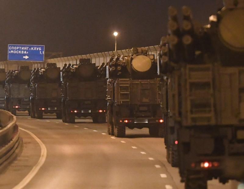 Cận cảnh dàn xe chở vũ khí hùng hậu cho lễ duyệt binh ở Nga   - ảnh 1
