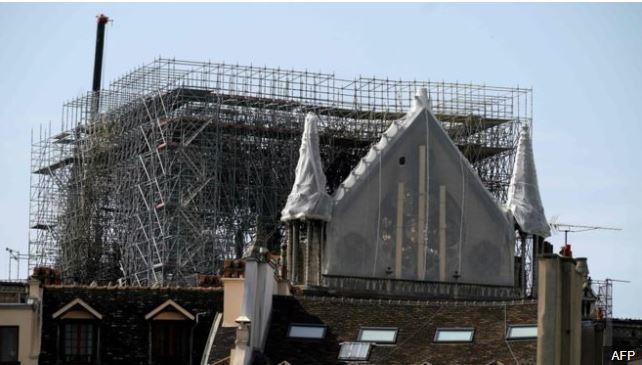 Chạy đua che chắn Nhà thờ Đức Bà Paris trước đợt mưa lớn - ảnh 2