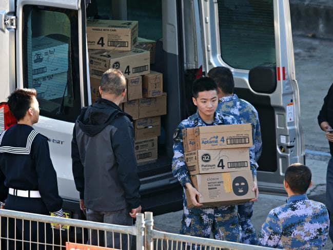 Thăm Úc, thuỷ thủ Trung Quốc tranh thủ gom sữa bột về làm quà - ảnh 1