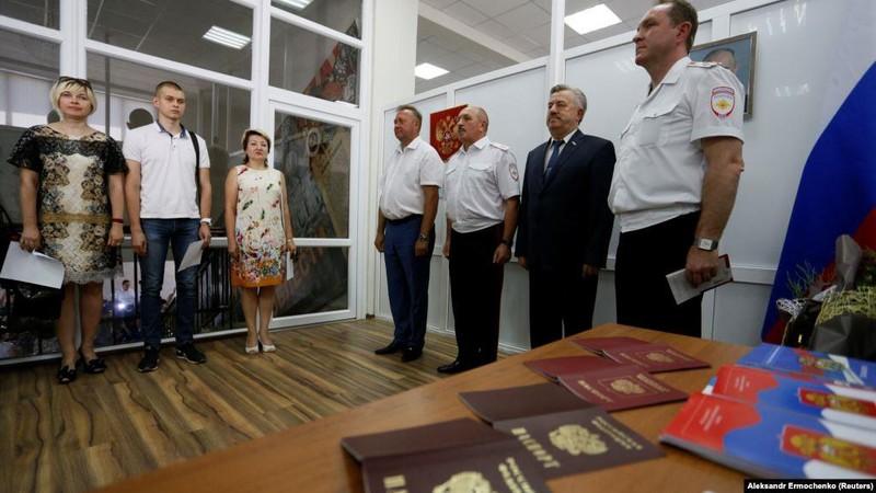 Nga bắt đầu cấp hộ chiếu cho người Ukraine ly khai - ảnh 1