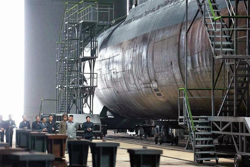 Cận cảnh tàu ngầm 'cảm tử' mới công bố của Triều Tiên  - ảnh 1