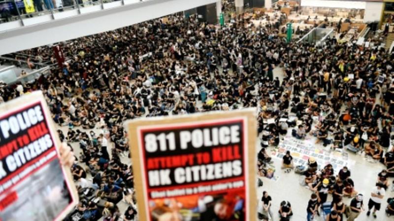 Huỷ 200 chuyến bay, biểu tình Hong Kong bị lên án 'khủng bố' - ảnh 1