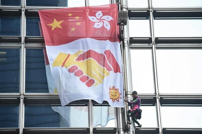 'Người nhện' leo nhà chọc trời ở Hong Kong, kêu gọi hòa bình - ảnh 1