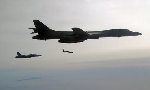 Máy bay B-1B của Mỹ chở được vũ khí siêu thanh - ảnh 1