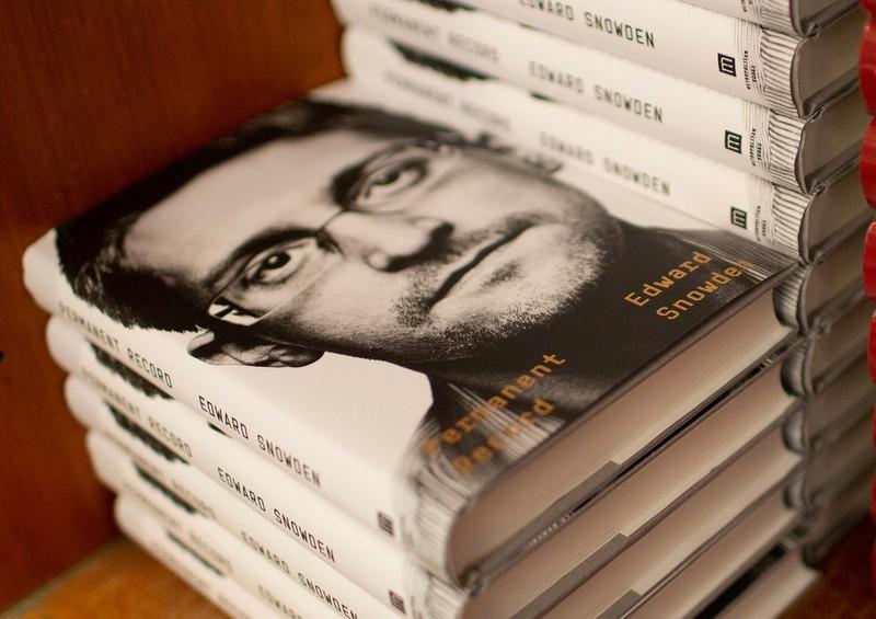 Mỹ muốn thu tiền bán cuốn hồi ký của Edward Snowden - ảnh 1