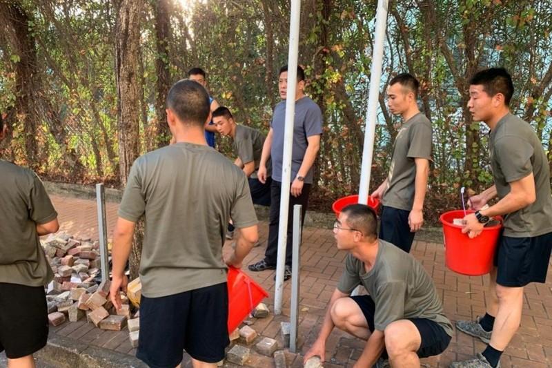 Biểu tình Hong Kong: Binh sĩ Trung Quốc lần đầu xuất hiện - ảnh 1