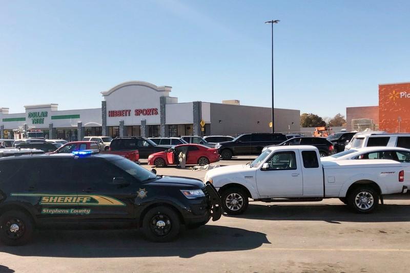 Lại xảy ra nổ súng kinh hoàng tại Siêu thị Walmart ở Mỹ - ảnh 3