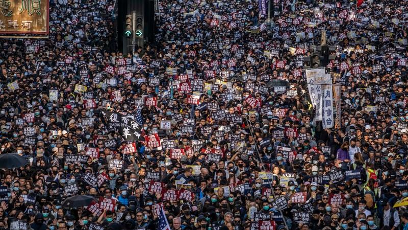 Người dân Hong Kong xuống đường đánh dấu 6 tháng biểu tình - ảnh 1