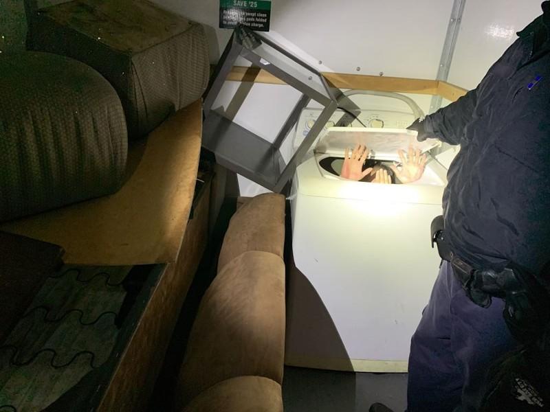Trốn trong đồ nội thất để vào Mỹ, 11 người Trung Quốc bị bắt  - ảnh 1