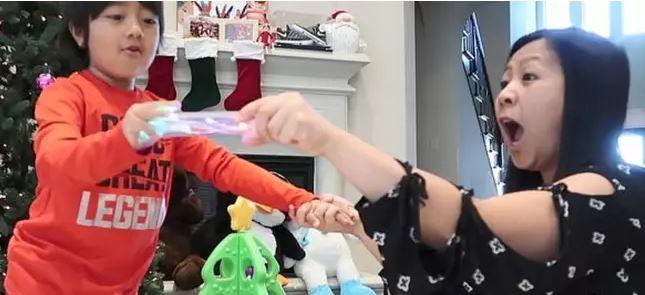 Cậu bé 8 tuổi có thu nhập 'khủng' nhất năm 2019 từ YouTube - ảnh 2