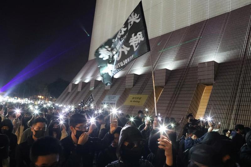 Đêm Giáng sinh đầy hỗn loạn tại Hong Kong - ảnh 2