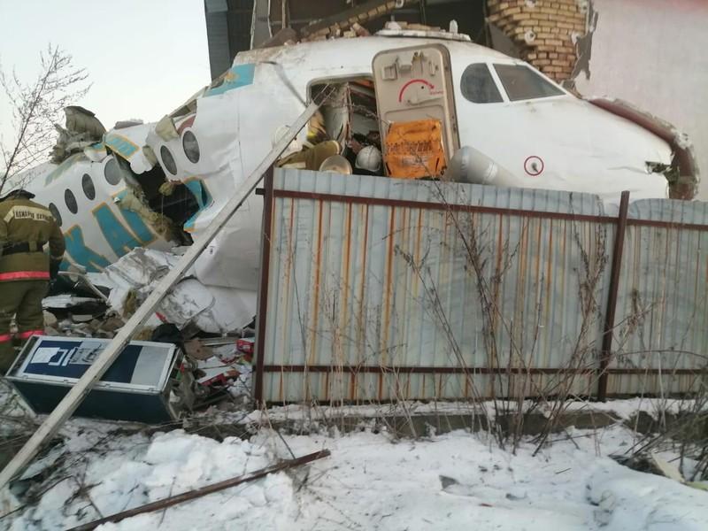 Máy bay chở 100 người rơi, đâm vào tòa nhà 2 tầng - ảnh 1