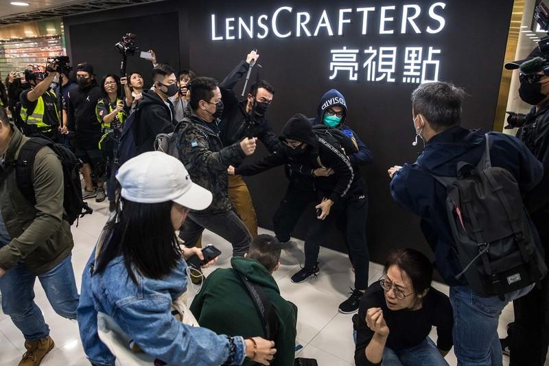 Hong Kong tiếp tục biểu tình dữ dội, 15 người bị bắt  - ảnh 1