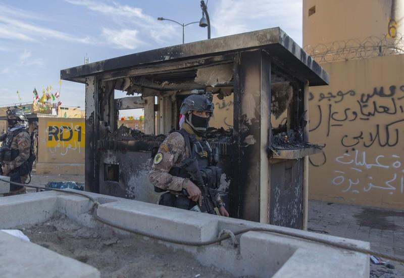 Video: ĐSQ Mỹ ở Iraq vẫn hỗn loạn khi người biểu tình rời đi - ảnh 1