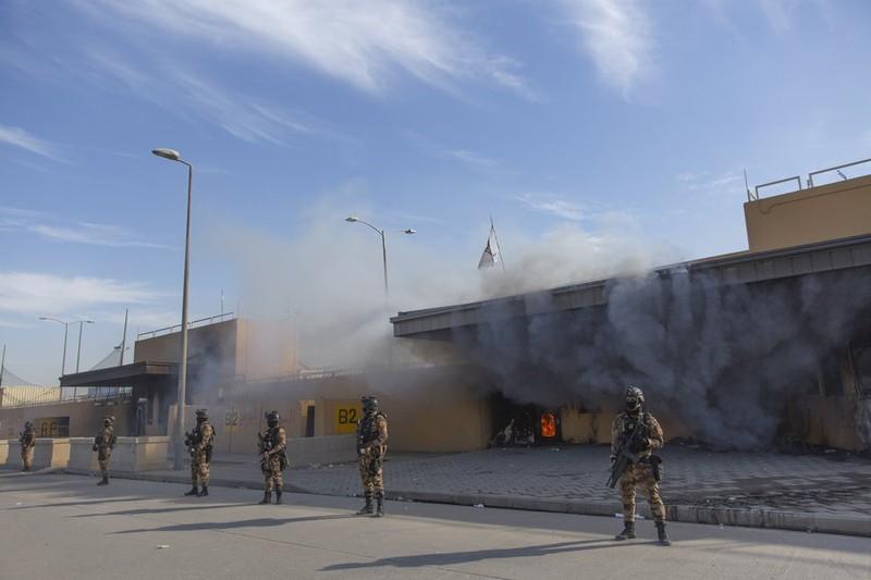 Video: ĐSQ Mỹ ở Iraq vẫn hỗn loạn khi người biểu tình rời đi - ảnh 2