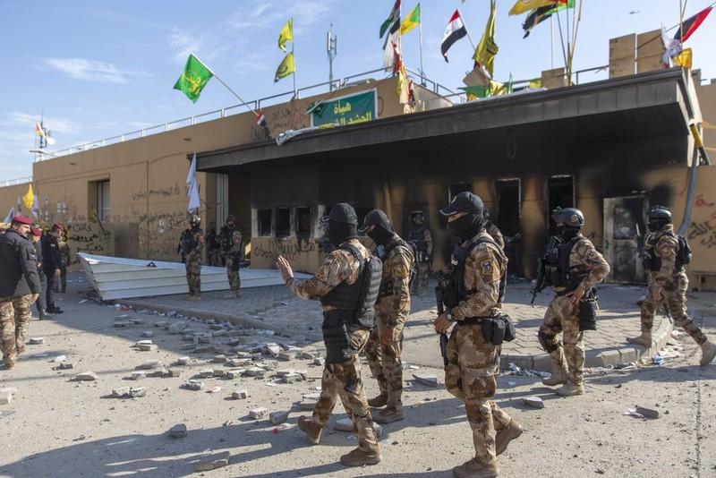 Video: ĐSQ Mỹ ở Iraq vẫn hỗn loạn khi người biểu tình rời đi - ảnh 4