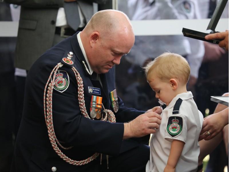 Nhói lòng con 2 tuổi nhận huy chương vinh danh cha hy sinh - ảnh 1