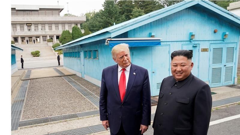 Lãnh đạo Triều Tiên Kim Jong-un (phải) gặp Tổng thống Mỹ Donald Trump (trái) tại Bàn Môn Điếm hồi tháng 6-2019, trong nỗ lực đàm phán hy vọng Mỹ giảm nhẹ trừng phạt. Ảnh: AL JAZEERA