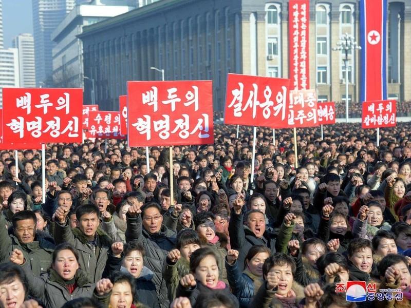 Sau hội nghị đảng, Triều Tiên tổ chức diễu hành quy mô lớn - ảnh 1