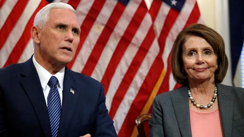 Chủ tịch Hạ viện Mỹ Nancy Pelosi (phải) cho biết đã được Phó Tổng thống Mỹ Mike Pence (trái) thông báo vụ Iran nã tên lửa căn cứ Mỹ. Ảnh: DAILY BEAST