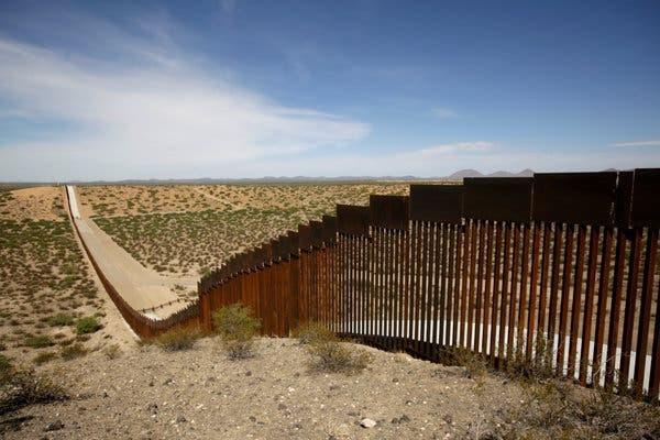 Gió lớn xô ngã 'bức tường biên giới' của ông Trump - ảnh 2