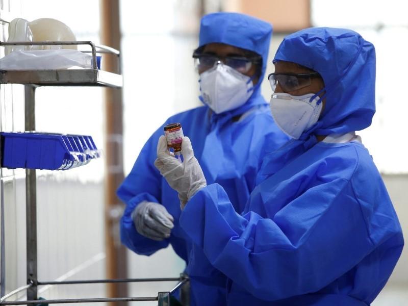Các bác sĩ Ấn Độ nghiên cứu điều trị các trường hợp nhiễm virus Corona ngày 1-2. Ảnh: REUTERS