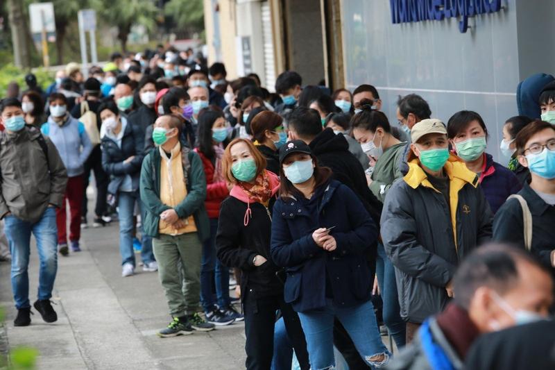 Hàng ngàn người Hong Kong xếp hàng xuyên đêm mua khẩu trang - ảnh 1