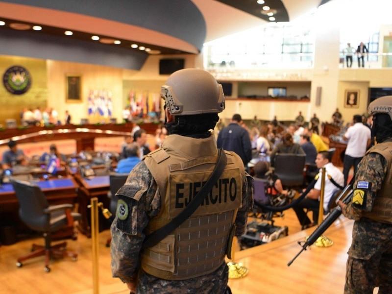 Tổng thống đưa binh sĩ vào Quốc hội ép nghị sĩ đồng ý vay tiền - ảnh 3