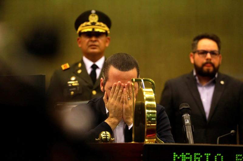Tổng thống đưa binh sĩ vào Quốc hội ép nghị sĩ đồng ý vay tiền - ảnh 1