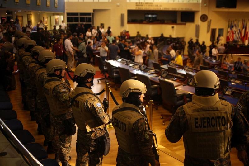 Tổng thống đưa binh sĩ vào Quốc hội ép nghị sĩ đồng ý vay tiền - ảnh 2