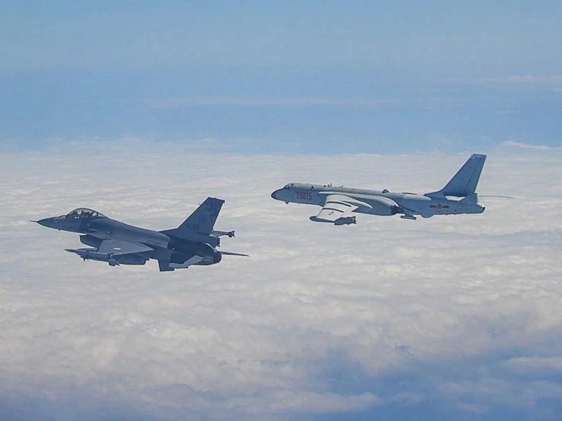 Trung Quốc tập trận, Mỹ điều máy bay qua eo biển Đài Loan - ảnh 2