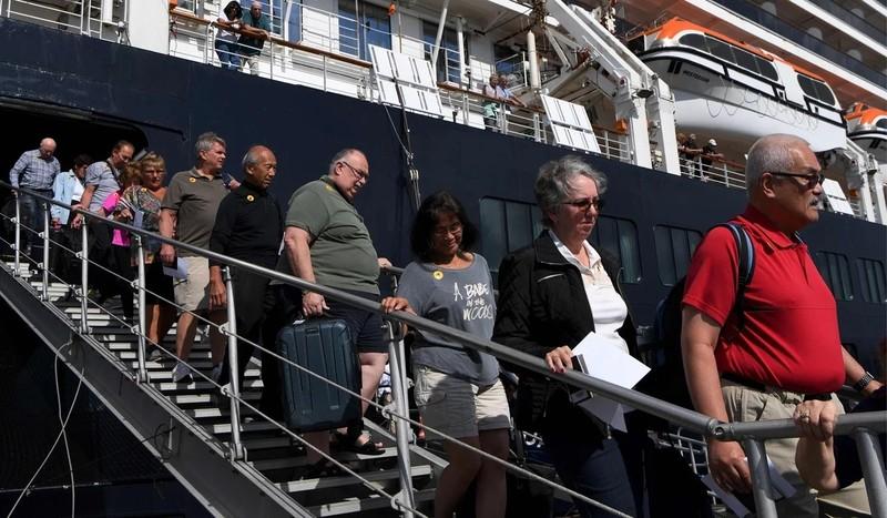 Tàu Westerdam truy tìm tất cả du khách sau ca nhiễm COVID-19 - ảnh 1